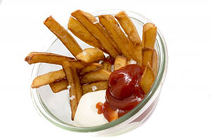 Pommes Frittes rot weiss im Glas